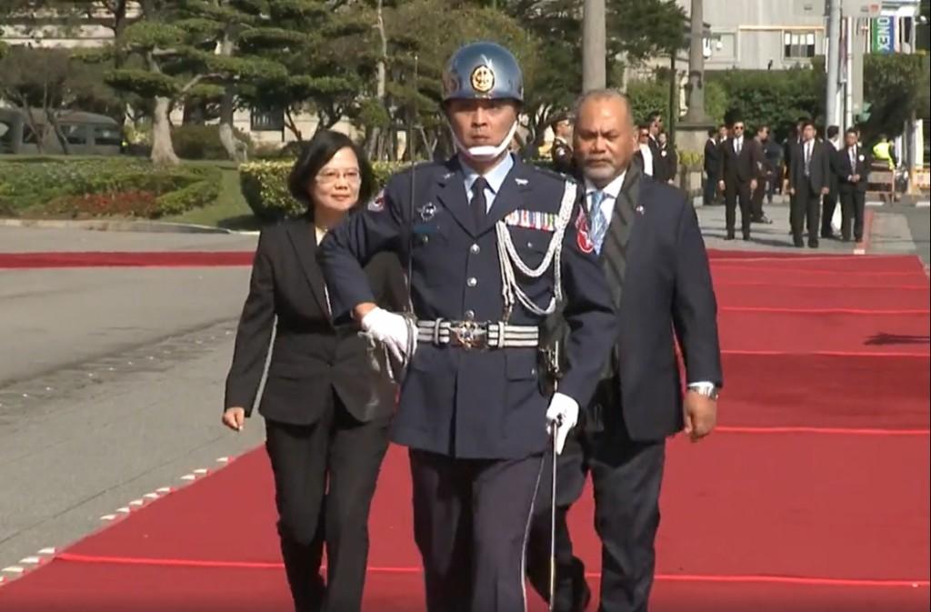 諾魯總統安格明今訪台,總統蔡英文以軍禮迎接(圖/翻攝自 總統府直播)