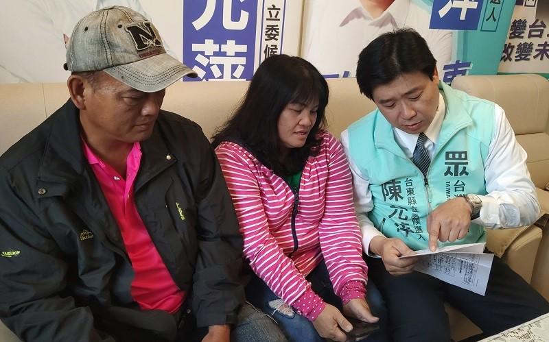 移民署專員同時也是立委參選人陳允萍(右) ,放下選務盡力幫忙陳秀蘭(中) 一家人團圓 (中央社)