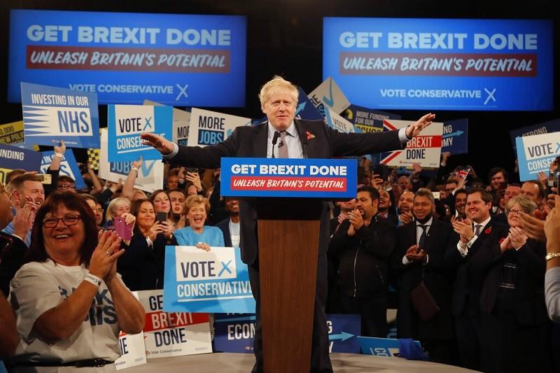 英國首相強森(中)所屬的保守黨, 在國會大選中取得空前勝利 (美聯社)