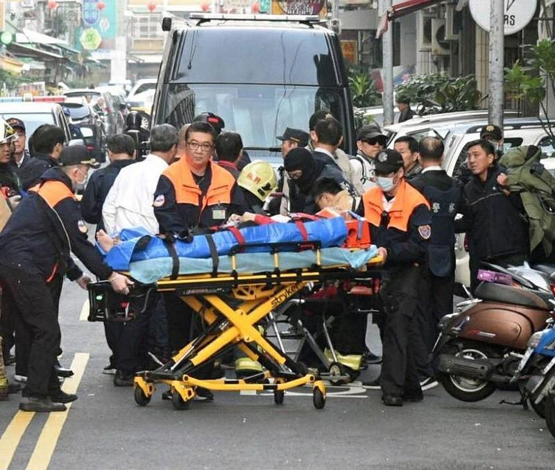 警方14日清晨在高雄市發動3波攻堅,負隅頑抗的「炸彈客」吳男中彈,由救護車送醫。中央社