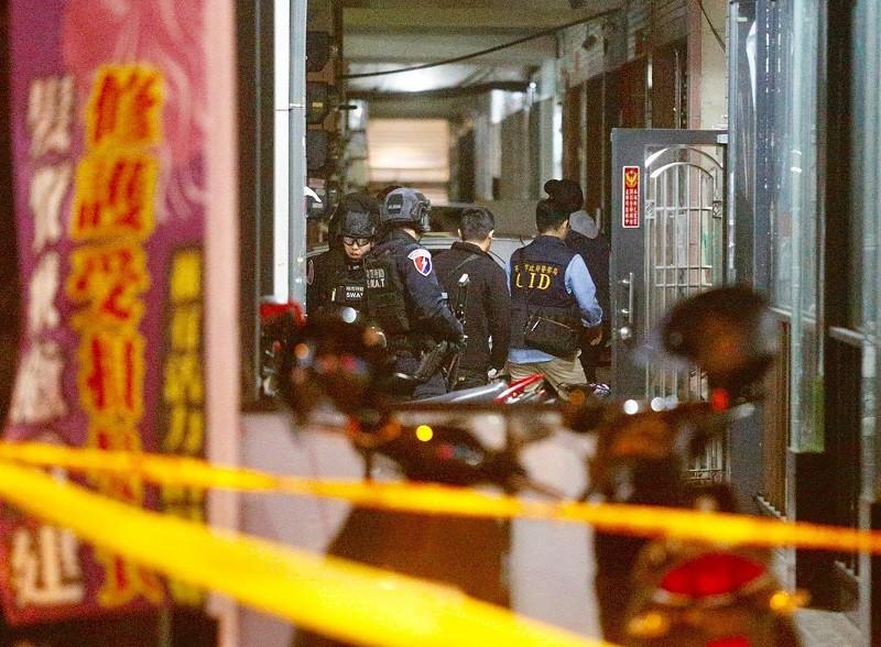 警方13日晚大舉包圍嫌犯在高雄的住處 (中央社)