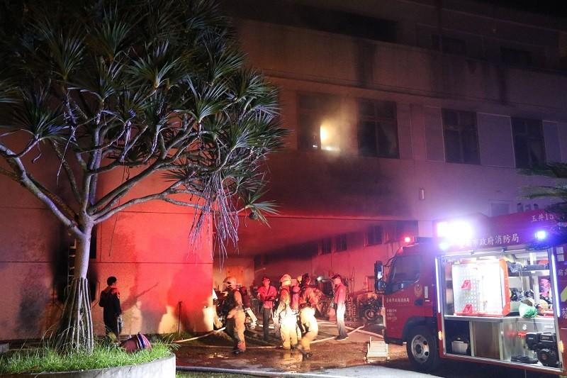 台南市玉井區集合住宅「真理家族前輩堂」14日凌晨發生火警,消防局獲報立即出動大批人車前往灌救。中央社