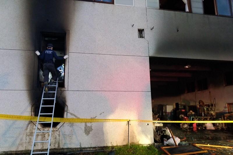 警消人員清晨在火災現場進行調查。中央社