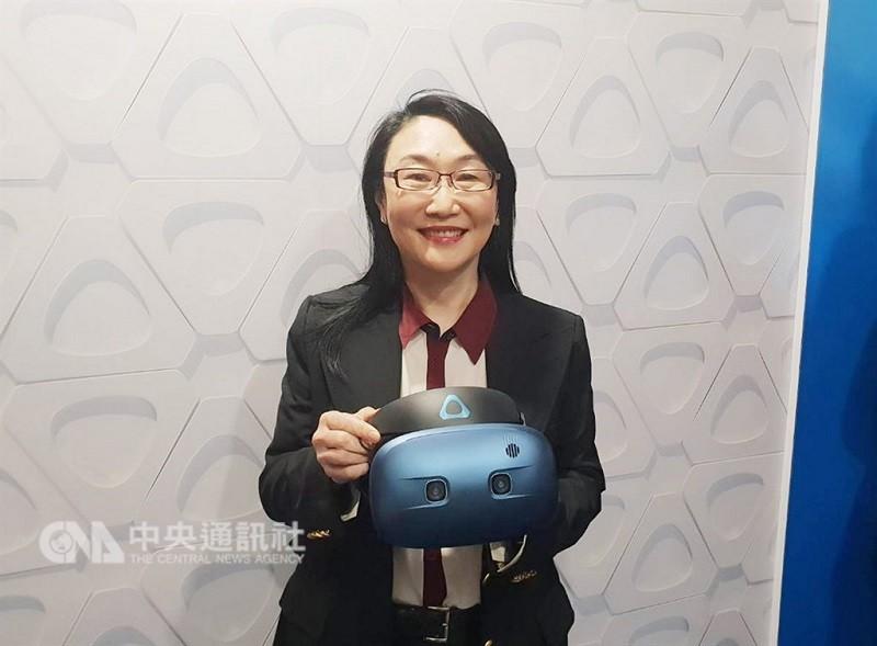 圖為宏達電董事長王雪紅手持VIVE COSMOS。(中央社檔案照片)