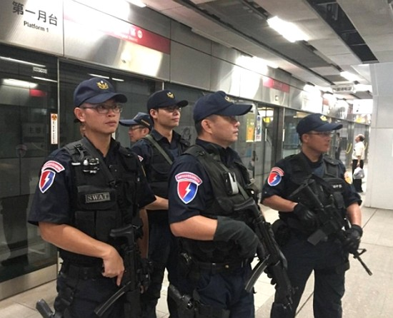 Kaohsiung police officers to be stationed in MRT carriages on Dec. 21. (Facebook photo)
