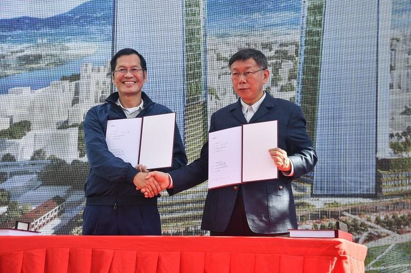 台北市長柯文哲(右),17日上午與台北雙星董事長許崑泰(左)簽署合約。中央社