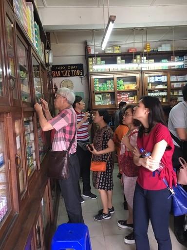 (說明:「2019年臺灣生技中醫藥赴印尼拓銷團」團員參訪當地中藥市場(翻攝自中華民國對外貿易發展協會網站))