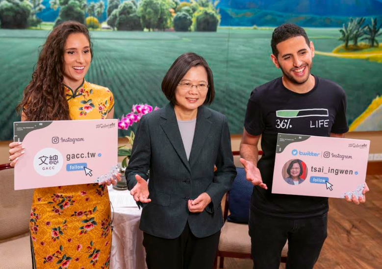 Tsai Ing-wen (center) welcomes Israeli online celebrities Nuseir Yassin and Alyne Tamir. (GACC photo)