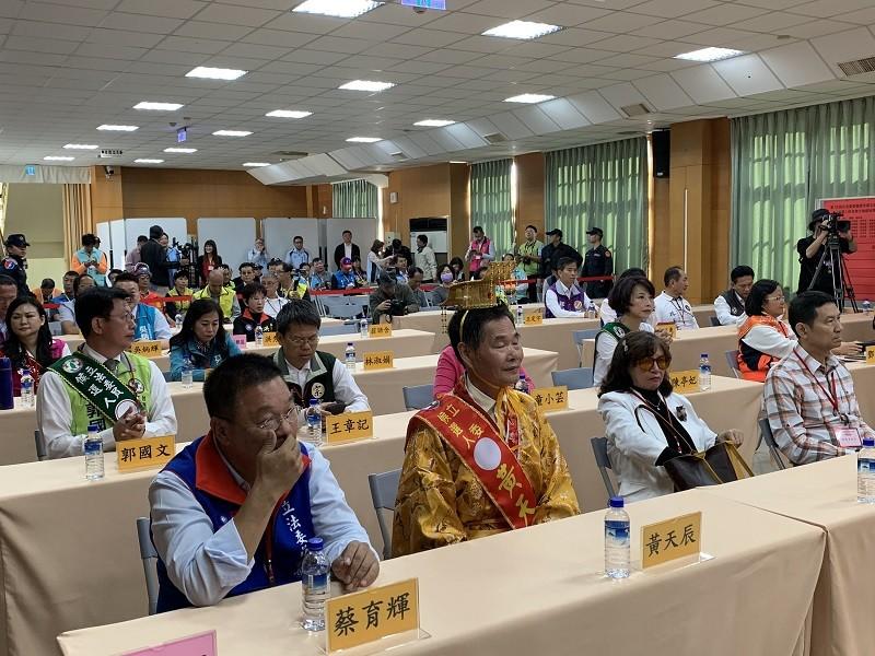 台南市18日上午舉行立法委員候選人號次抽籤時,有人穿著皇帝服到場,相當吸睛。中央社