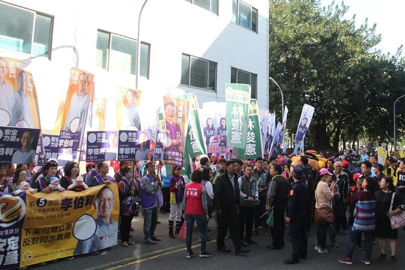 台南市18日上午舉行立委候選人號次抽籤,參選人支持者聚集在選委會外造勢。中央社