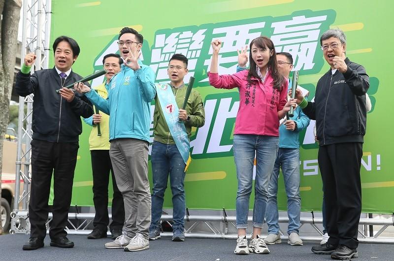 副總統陳建仁(右)與民進黨副總統候選人賴清德(左 )22日合體,一起為民進黨雙北立委參選人造勢。中央社