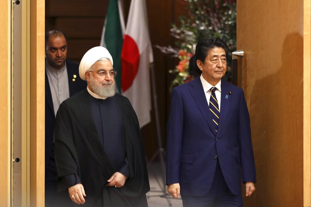 魯哈尼(左)是近20年來第一位造訪日本的伊朗總統。右為安倍首相。美聯社