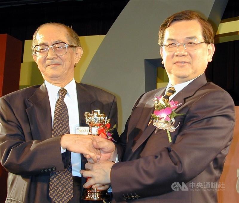 兒童文學作家林良(左)23日早上在家中過世,享耆壽96歲(中央社檔案照片)