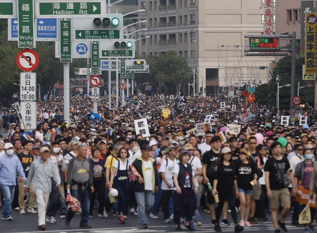 CNA's photo of Kaohsiung recall march questioned for its credibility.