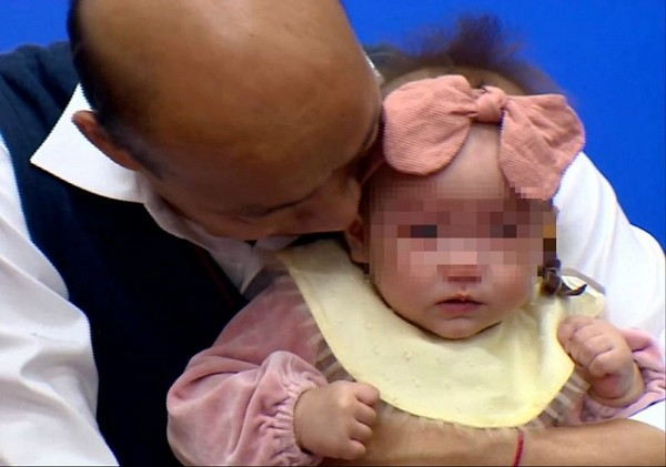 Han Kuo-yu criticized for kissing infant without consent. (Facebook photo)