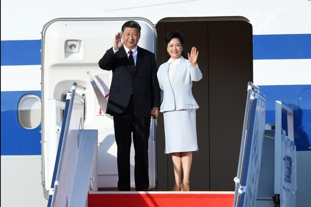 圖為中國國家主席習近平(左)與夫人彭麗媛。