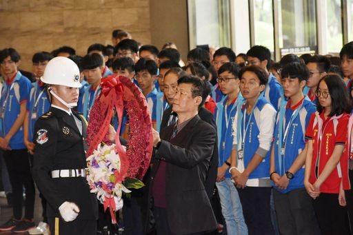 馬來西亞青年觀摩團向國父獻花致敬(圖/ 翻攝自文化部網站)