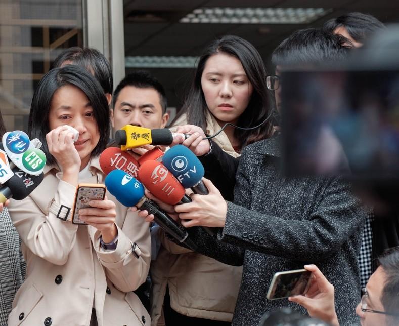 小燈泡媽媽王婉諭(左) 今出庭時請求法院判王姓凶嫌極刑 (圖/取自臉書)