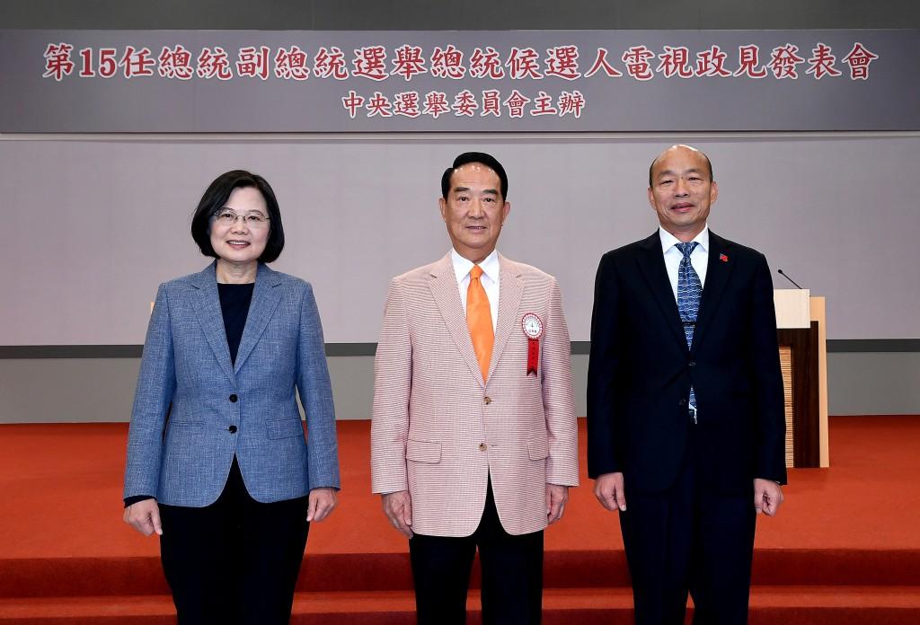 總統蔡英文、親民黨主席宋楚瑜及國民黨總統候選人韓國瑜25日出席第二場總統政見發表會