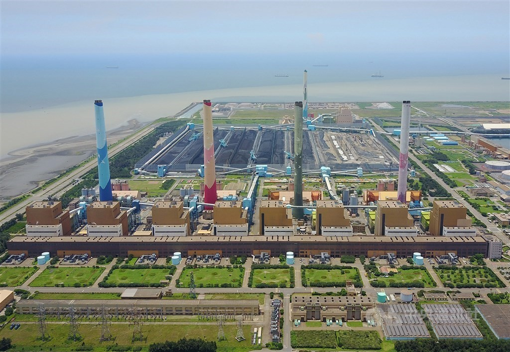 Permits for generators at Taichung Power Plant revoked by city government.