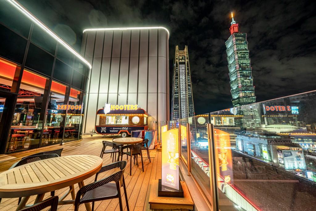 HOOTERS信義店擁有信義區的「百萬級景觀」,將台北市的夕陽、夜景一網打盡,台北101更近在咫尺。