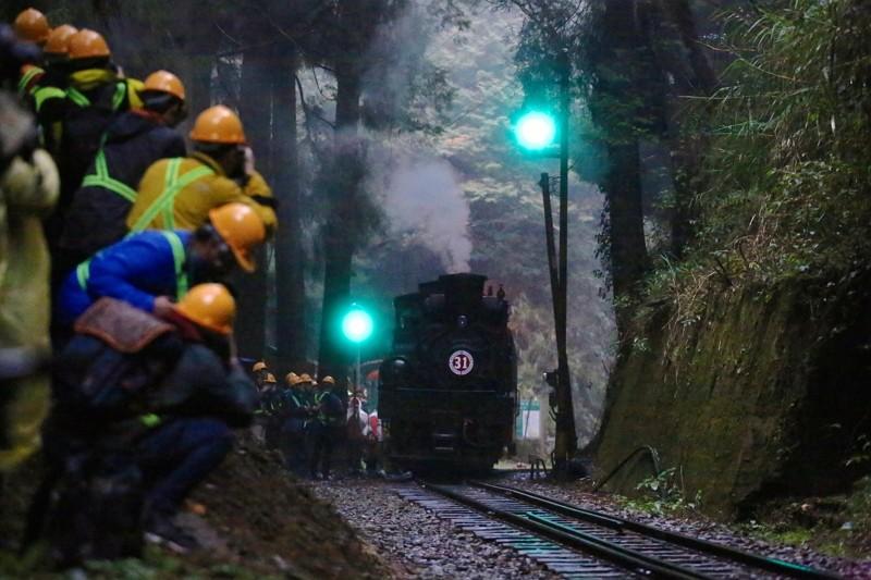 阿里山林鐵107週年慶 蒸汽火車難得同框