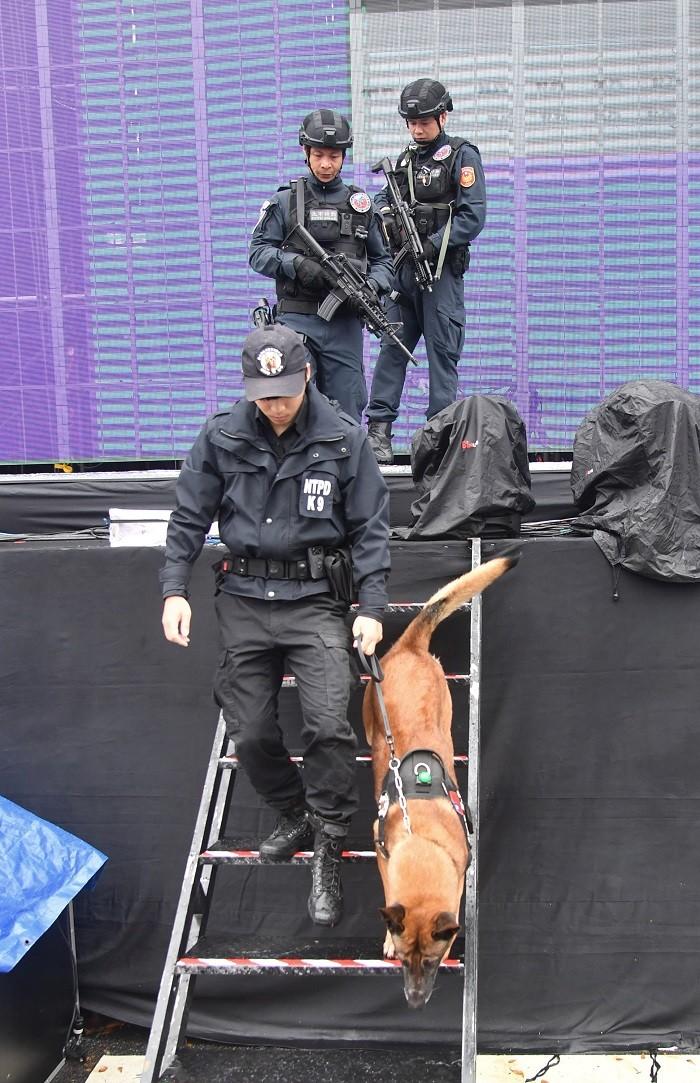 北市信義分局結合市警局刑事警察大隊特勤中隊,及新北市警察局警犬隊共組「反恐打擊部隊」,全面加強會場檢查。 中央社