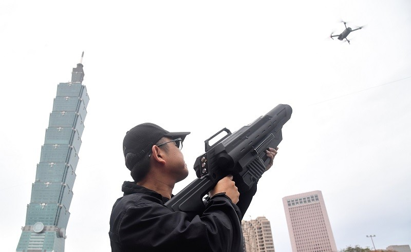 為避免有心人士利用空拍機實施攻擊,警方將運用空拍機攔截器干擾飛行。中央社