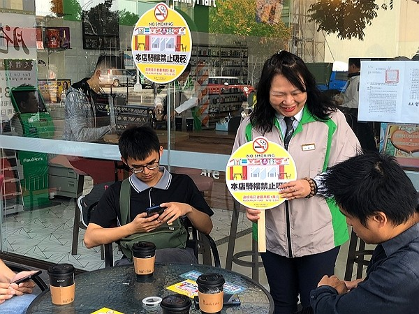 Smoking will not be allowed in front of convenience stores in Taichung. (Health Bureau photo)