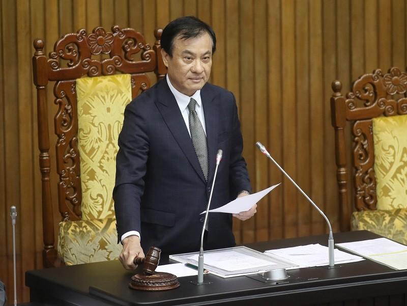 圖為立法院長蘇嘉全31日在立法院敲槌,正式宣布《反滲透法》三讀通過。 中央社
