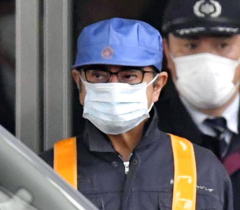 2019年3月戈恩交保離開東京拘留所時,故意打扮成工人模樣,想躲避媒體採訪。美聯社