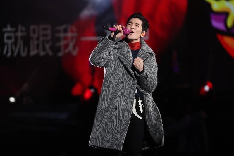 歌手蕭敬騰(圖)領軍的樂團 「獅子LION」31日晚間熱力演出,炒熱北市跨年現場氣氛。 中央社