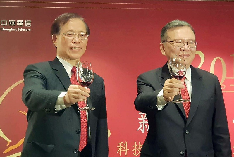 Chunghwa Telecom President Hsieh Chi-mau, left, and company chairman David Cheng  attend a Lunar New Year activity earlier this year. (CNA file photo)