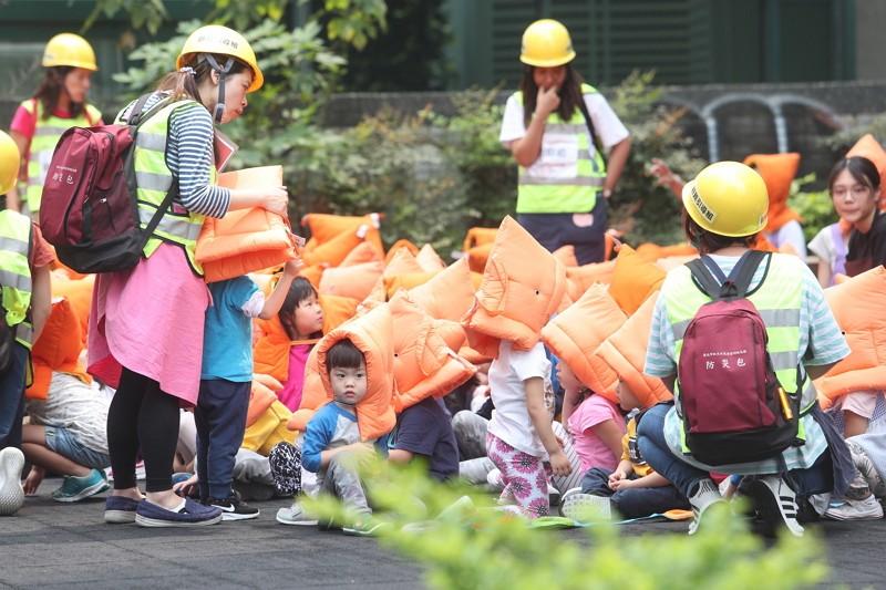 Kindergarten kids evacuate after huge quake hits Hualien
