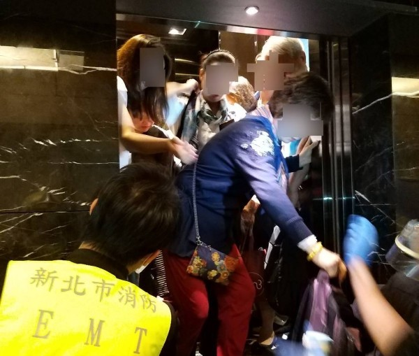 People being rescued from elevator. (New Taipei City Fire Department photo)
