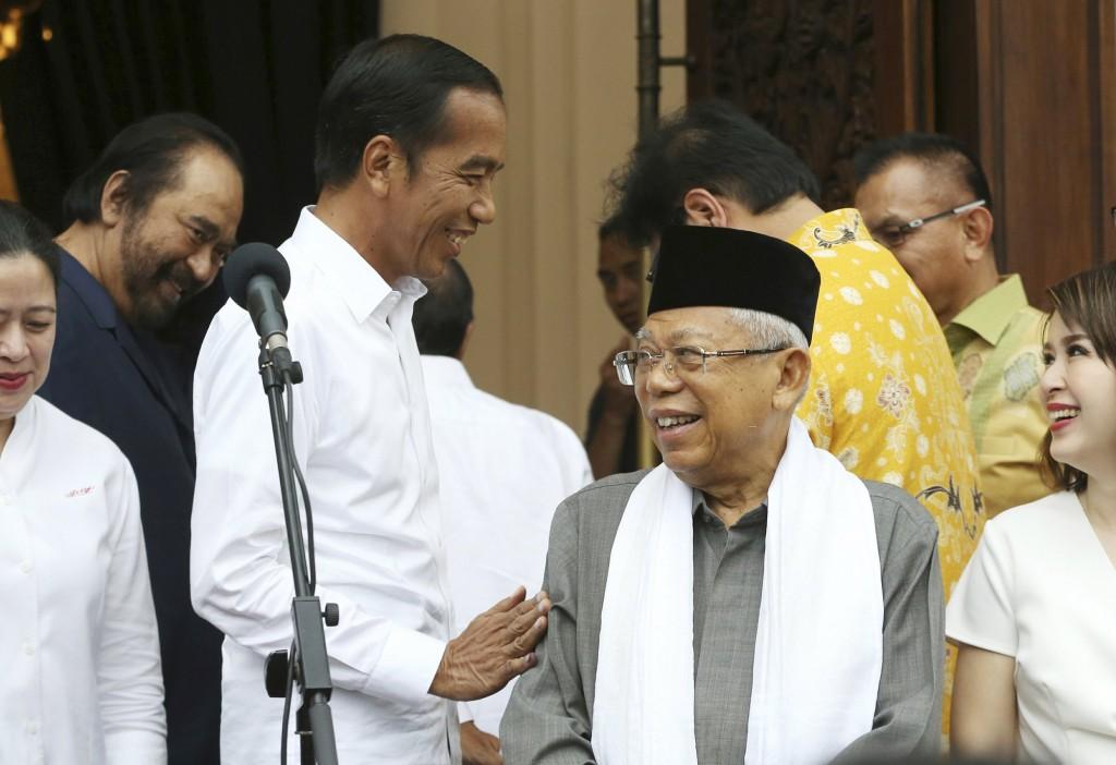 Indonesia President Joko Widodo (center left) with his running mate Ma'ruf Amin