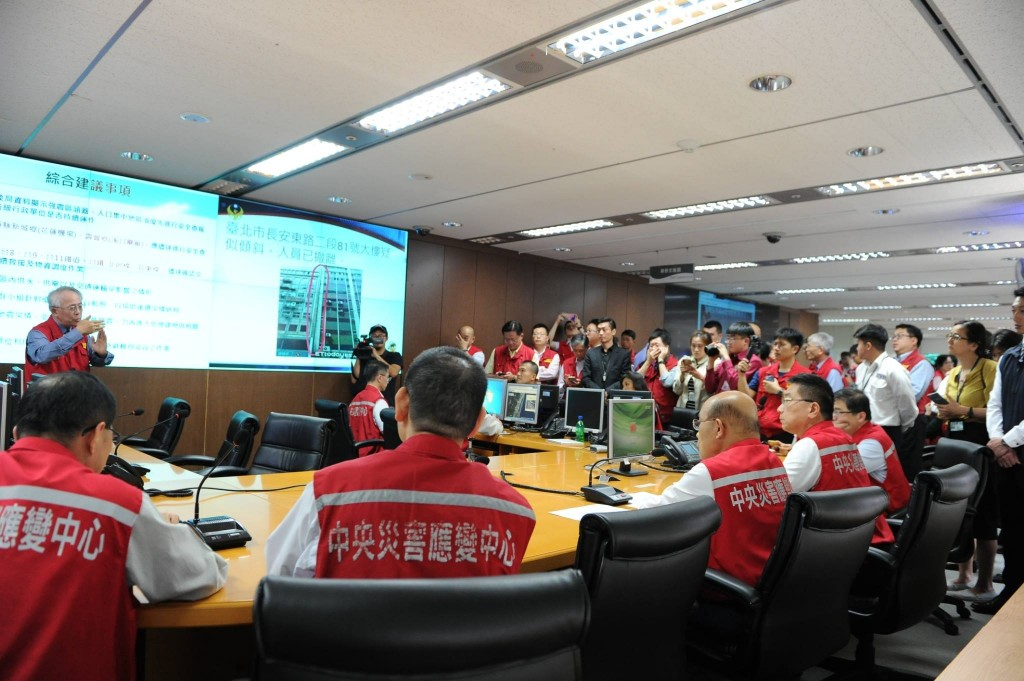 Premier Su Tseng-chang presides over work at the Central Emergency Operation Center after an earthquake hits Taiwan on April 18 (Screen capture from S