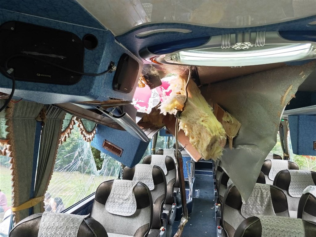 A falling rock injured a South Korean woman traveling in a tour bus in Hualien Saturday afternoon (photo courtesy of Hualien Xincheng police)