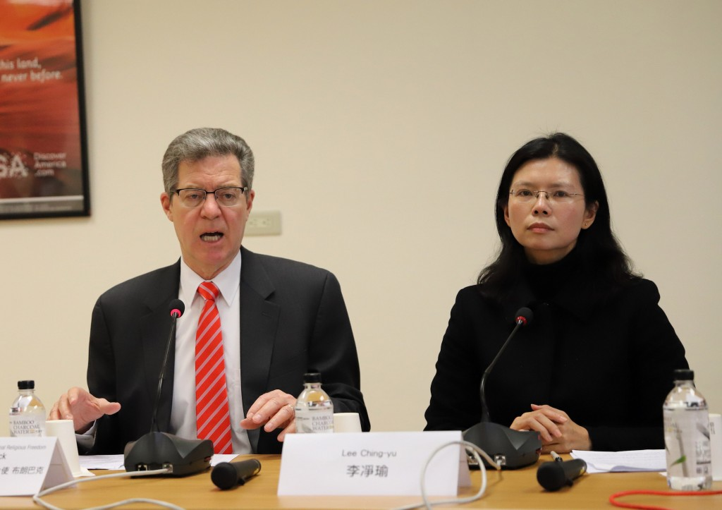 Lee Ching-yu (right) with U.S. Ambassador-at-large for International Religious Freedom Sam Brownback during his Taiwan visit in March