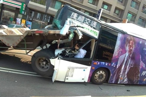Driver trapped in wreckage. (Taichung Police photo)