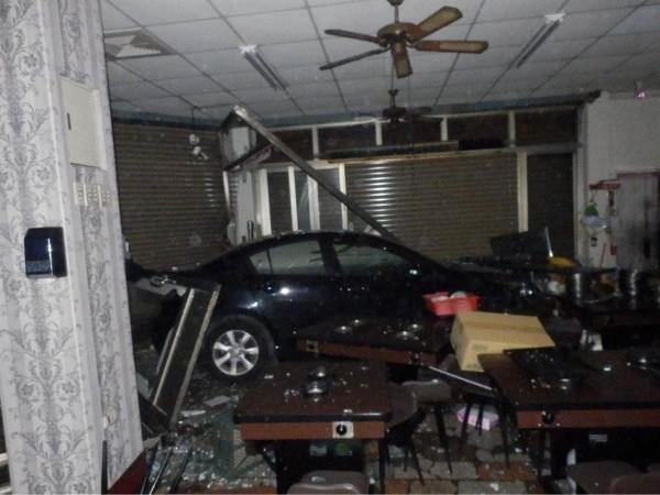 Car crashes into Hotpot shop. (Taichung Police Department photo)