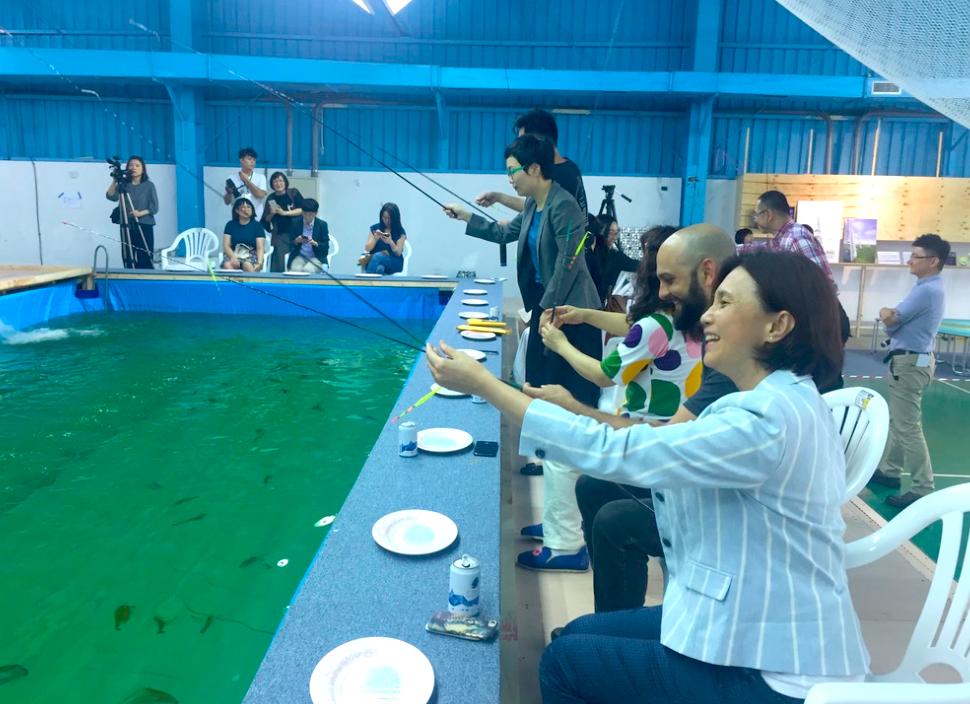「混水釣蝦場」將在空總羽球館展自5月5日止(圖/台灣英文新聞 Lyla)