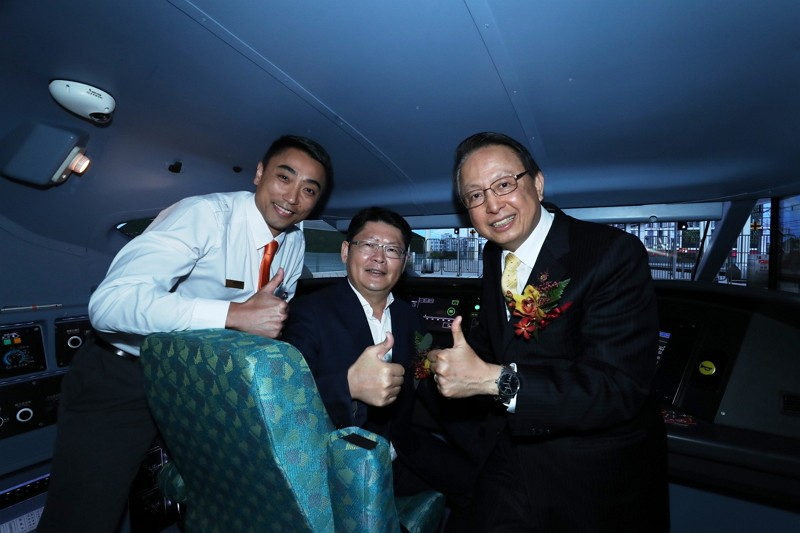 Officials from transportation ministry and THSR board the locomotive simulator (Photo/THSR)