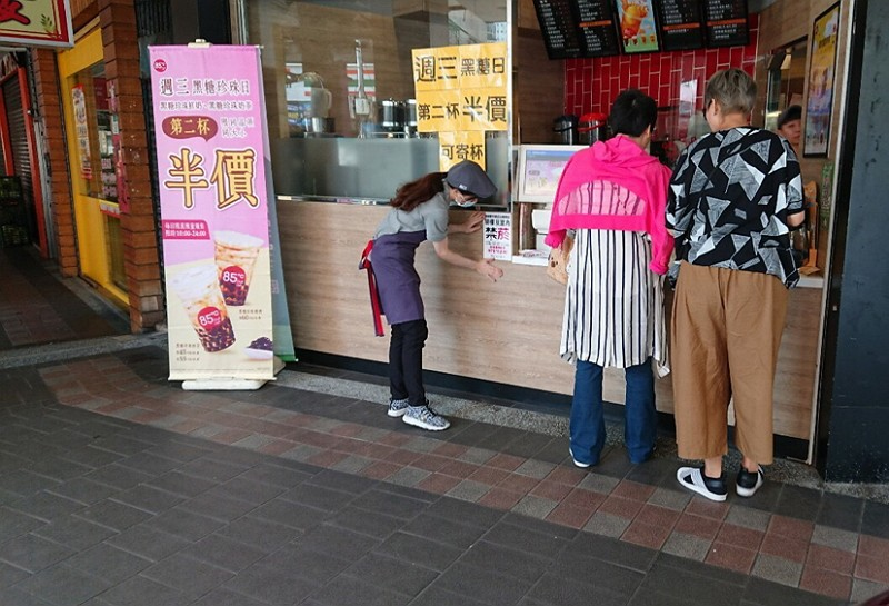 New Taipei coffee shop staff posts no-smoking sign
