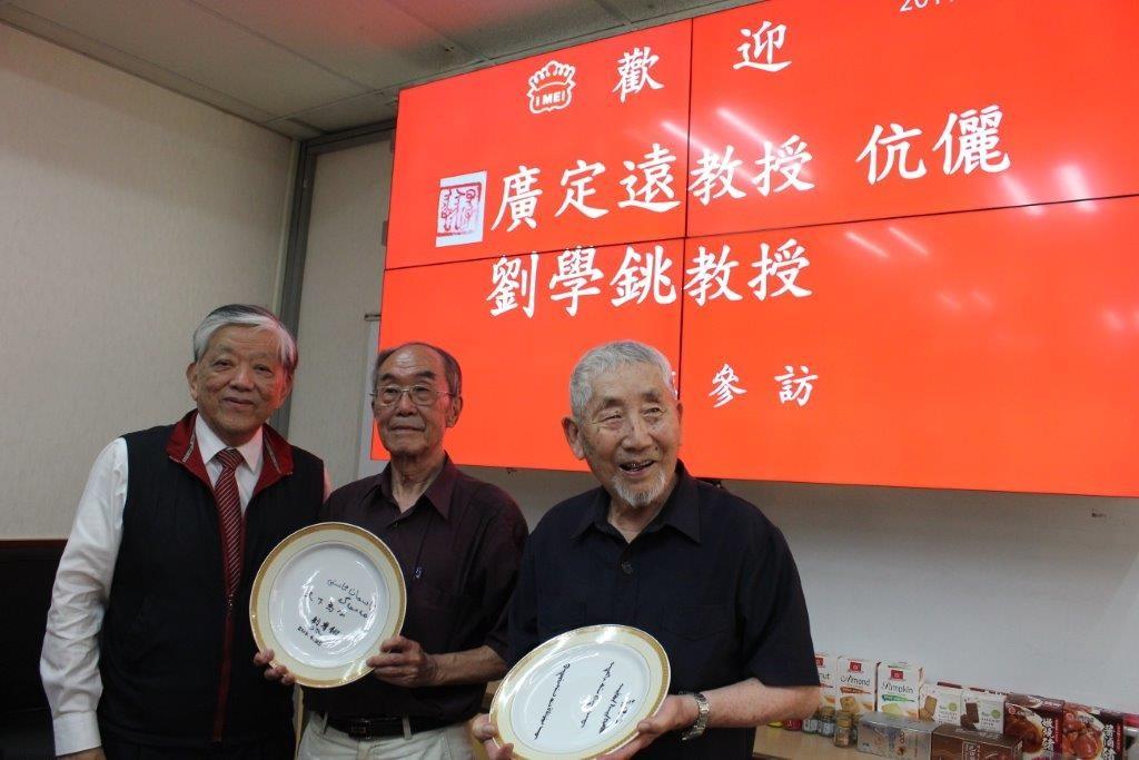 照片左起:義美食品總經理高志明、劉學銚教授、廣定遠教授。