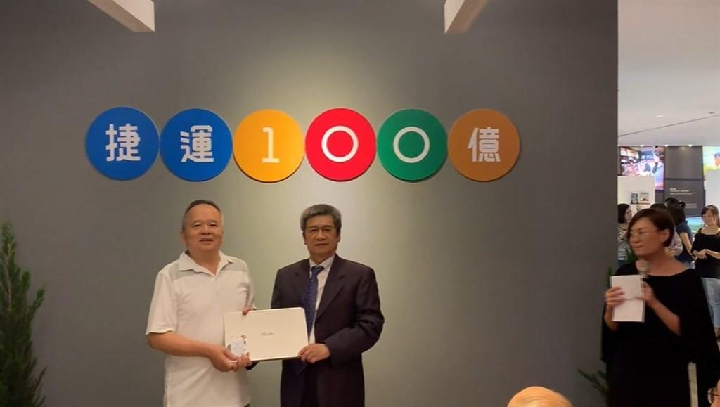 Huang receiving his prize at the Taipei Metro headquarters. (Image: facebook.com/metro.taipei)