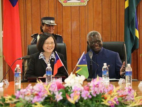 President Tsai Ing-wen (front left) and Solomon Islands Prime Minister Manasseh Sogavare in 2017.