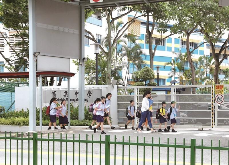 新加坡學校施行雙語教學,不少中學生放學後仍會赴補習班強化母語能力。
