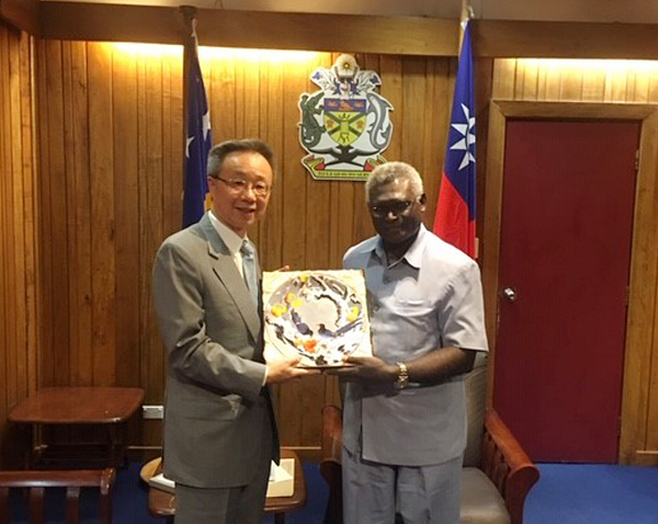 Taiwan envoy Roger Luo and Prime Minister Manasseh Sogavare