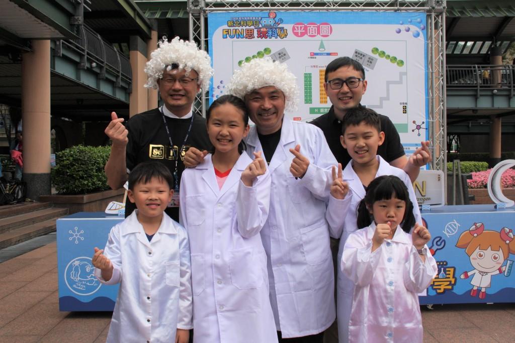 108年度科學教育嘉年華-市長變裝與學生合影 (新北市政府教育局提供)